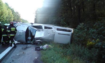 Toyota kozłowała wiele razy. Strażacy musieli wyciągnąć kierowcę z potrzaskanego samochodu. Obejrzyj zdjęcia