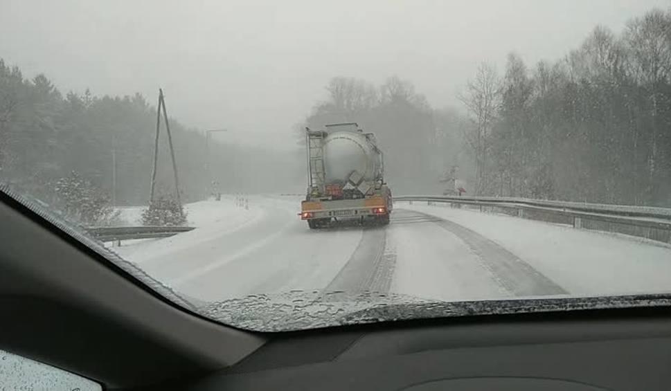 Film do artykułu: Śnieżyca w regionie: Czołowe zderzenie z piaskarką. DK 20 zamknięta