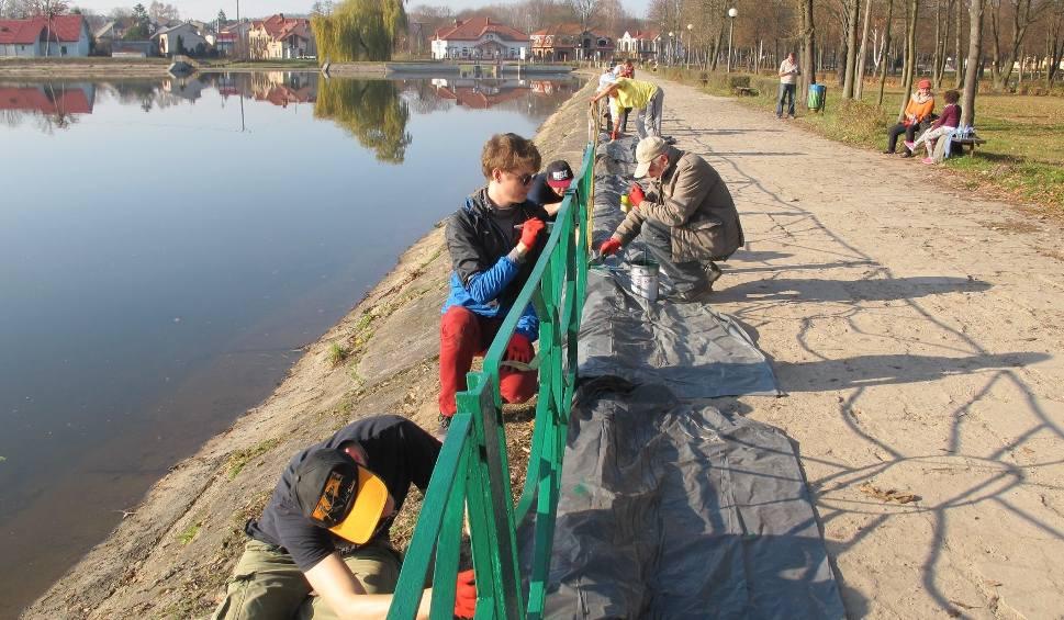 Film do artykułu: W czynie społecznym pomalowali barierki przy zalewie w Suchedniowie