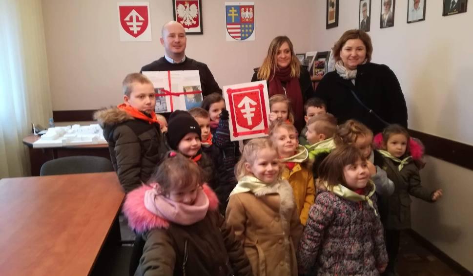 Film do artykułu: Przedszkolaki u burmistrza Jędrzejowa. Złożyły życzenia i zwiedziły Urząd Miasta