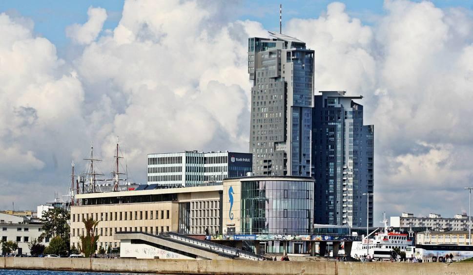 Film do artykułu: W okolicach Akwarium Gdyńskiego do wody wpadł mężczyzna. Próbował go ratować policjant. Mężczyzna utonął, funkcjonariusz trafił do szpitala