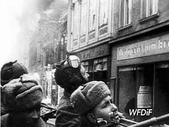 Kard z archiwalnej kroniki filmowej przedstawiaj±cy wjazd armii czerwonej do Koszalina.