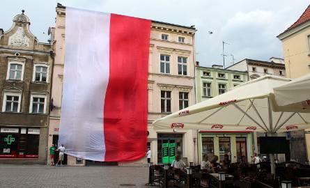 Wielka flaga na zielonogórskim deptaku podczas meczu Polska - Szwajcaria [ZDJĘCIA]