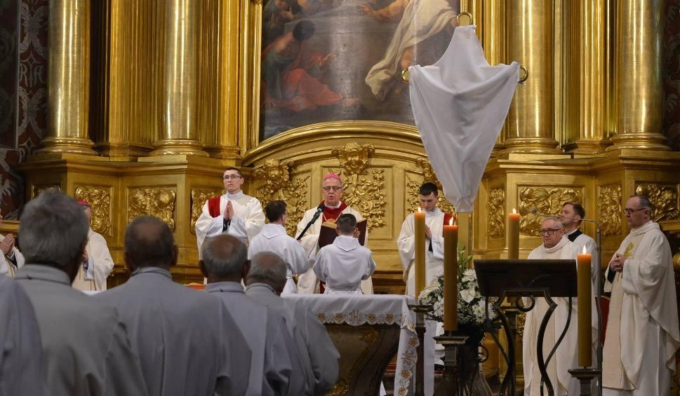 Film do artykułu: Wielki Czwartek w kieleckiej katedrze. Biskup obmył nogi alumnom seminarium (WIDEO, zdjęcia)