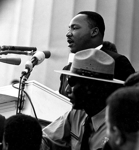 """Martin Luter King wygłaszający słynne """"I have a dream"""""""
