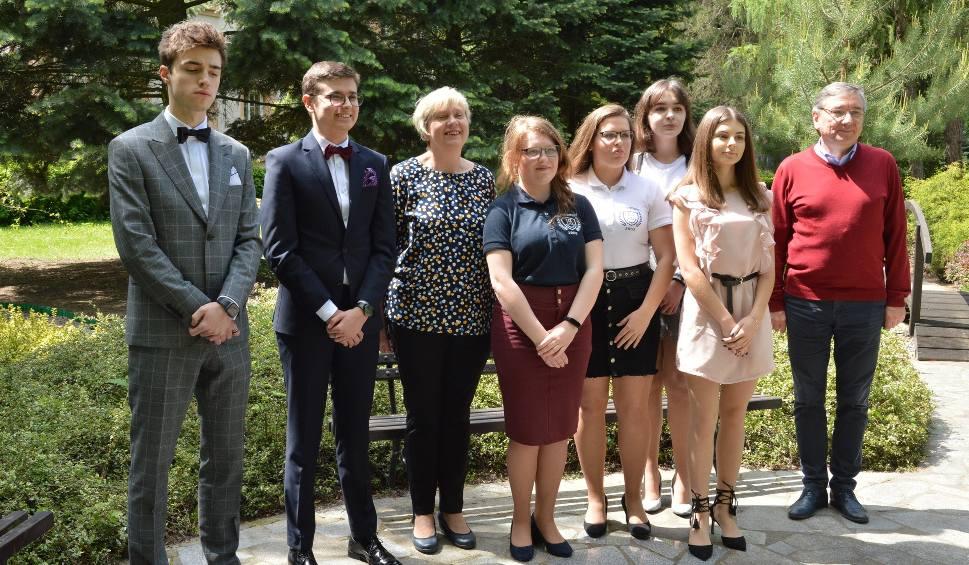Film do artykułu: Wielki sukces olimpijczyków z liceum imienia Broniewskiego w Ostrowcu. Indeksy na studia mają już w kieszeni [ZDJĘCIA]