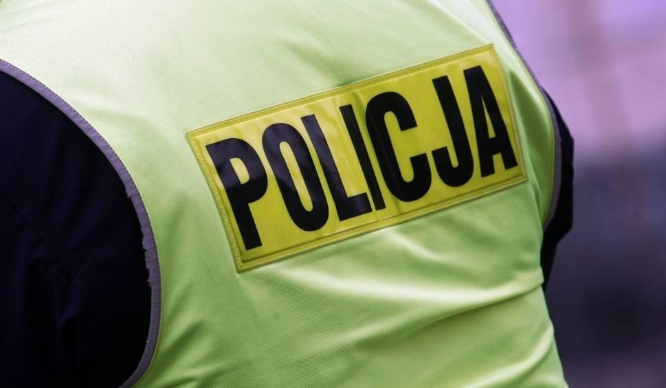 Film do artykułu: W gminie Przyłęk strażacy i policjanci poszukiwali zaginionej kobiety. 84-latka wyszła do lasu, gdzie zabłądziła. Odnaleziona cała i zdrowa
