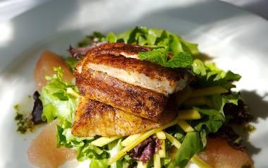 Sałatka z grillowanym kurczakiem i grejpfrutem [PRZEPIS]