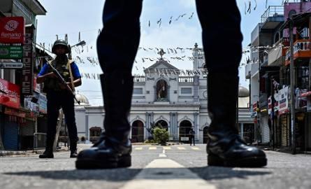 Żołnierze strzegący placu przed kościołem św. Antoniego w Colombo