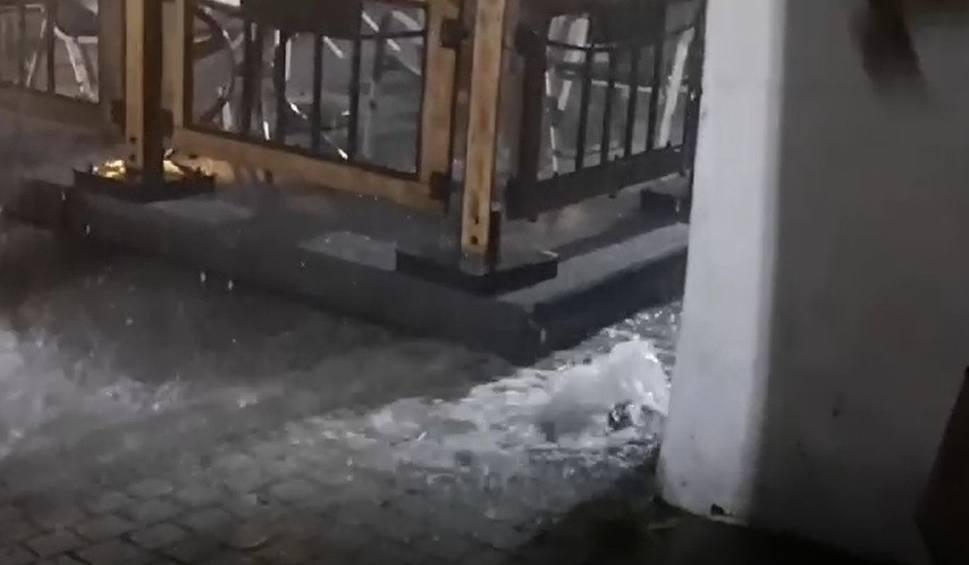 Film do artykułu: Burza w województwie śląskim: 85 interwencji strażaków. w Tarnowskich Górach włączyły się syreny, ulicami płyną strumienie WIDEO