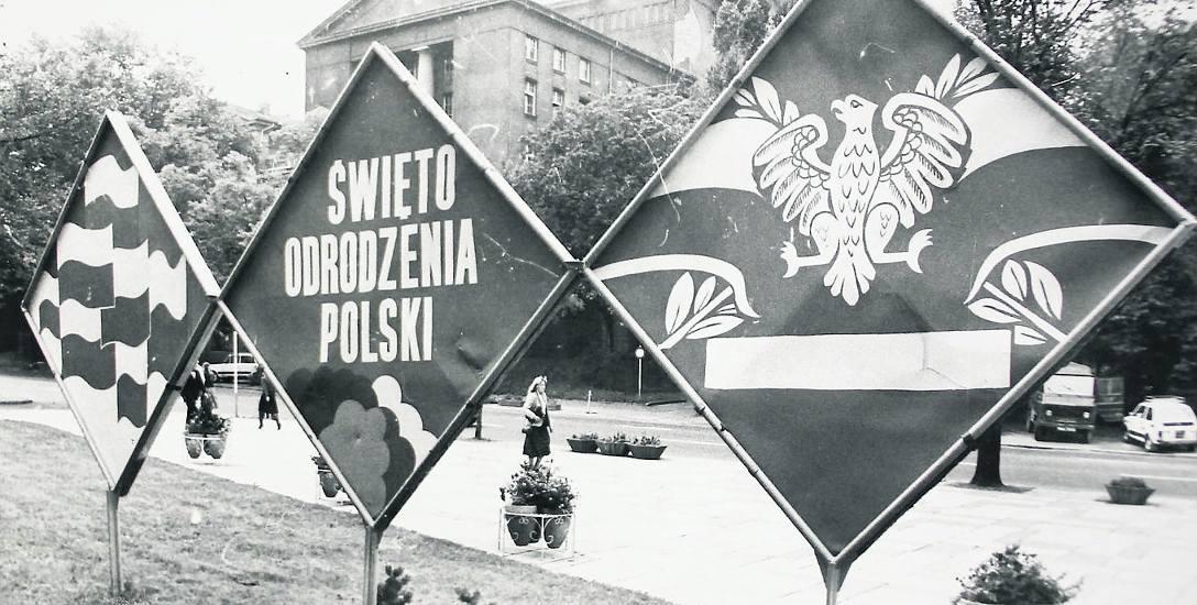 Dekoracyjne elementy z okazji Święta Odrodzenia ustawiano w każdym mieście na ulicach, placach i skwerach.