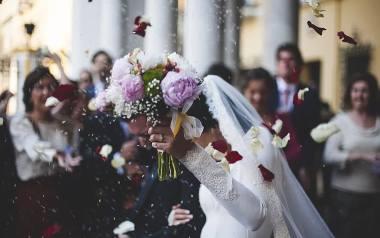 Nowe przepisy kładą także duży nacisk na to, aby weryfikacja narzeczonych i ślub odbywały się w parafii, w której mieszka przynajmniej jedno z nich.Zobaczcie,