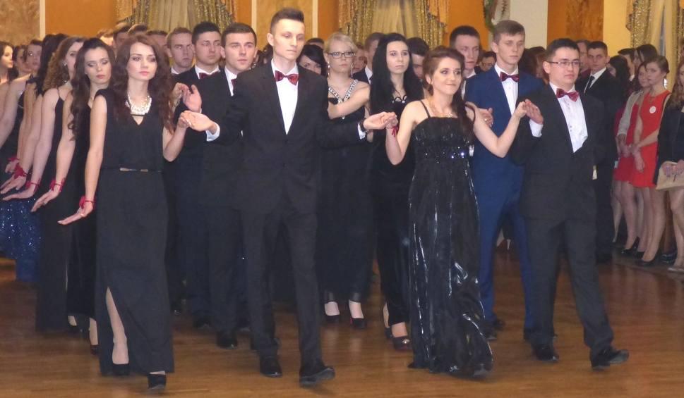 Film do artykułu: Studniówka 2015 Zespołu Szkół Techniczno-Informatycznych w Busku. Uczniowie bawili się w Soplicowie