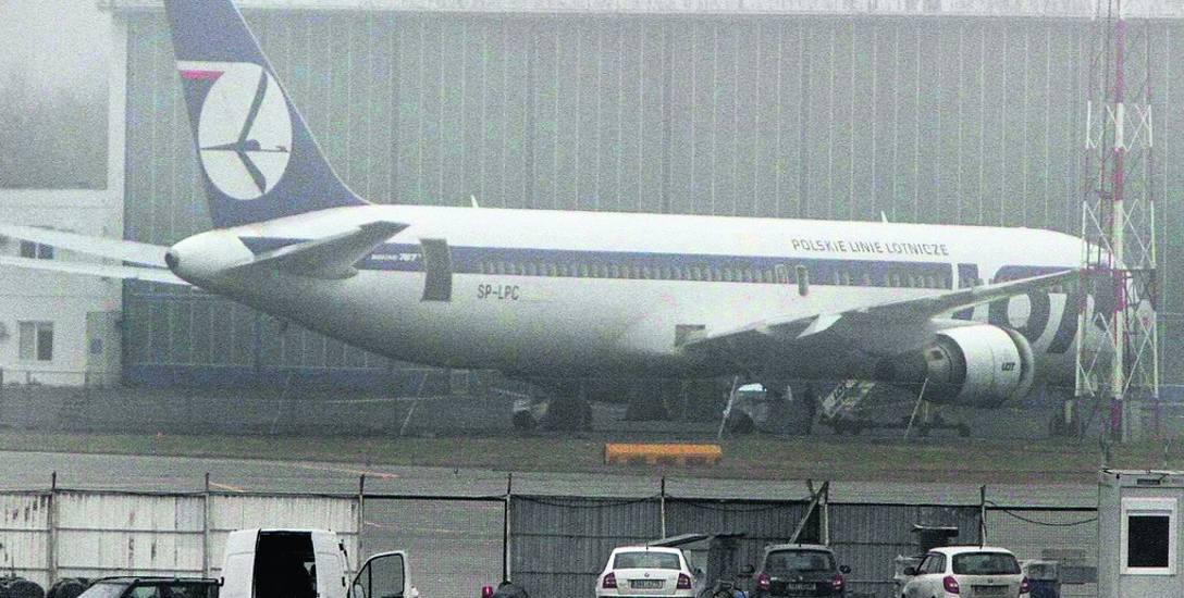 Tadeusz Wrona jest pierwszym człowiekiem na świecie, który wylądował Boeingiem 767 bez wysuniętego podwozia na betonowym pasie lotniczym. Na zdj. zniszczony