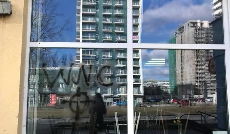 Film do artykułu: Wandale zniszczyli elewację Avocado na gdańskim Przymorzu. Krzyż celtycki i wulgaryzmy na szybie i ścianach restauracji [zdjęcia]