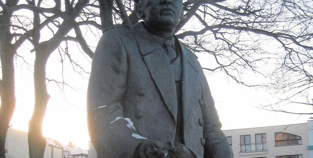 Stanisław Mieszkowski był pierwszym polskim kapitanem portu Kołobrzeg. Został patronem skweru, ale ulice Mieszkowskiego znajdują się również w Gdyni