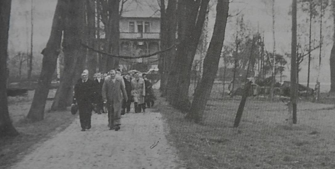 Parafianie z Lasowic Wielkich w drodze na konfirmację. Zdjęcie zostało zrobione po wojnie od strony kościoła, w tle widać plebanię ewangelicką