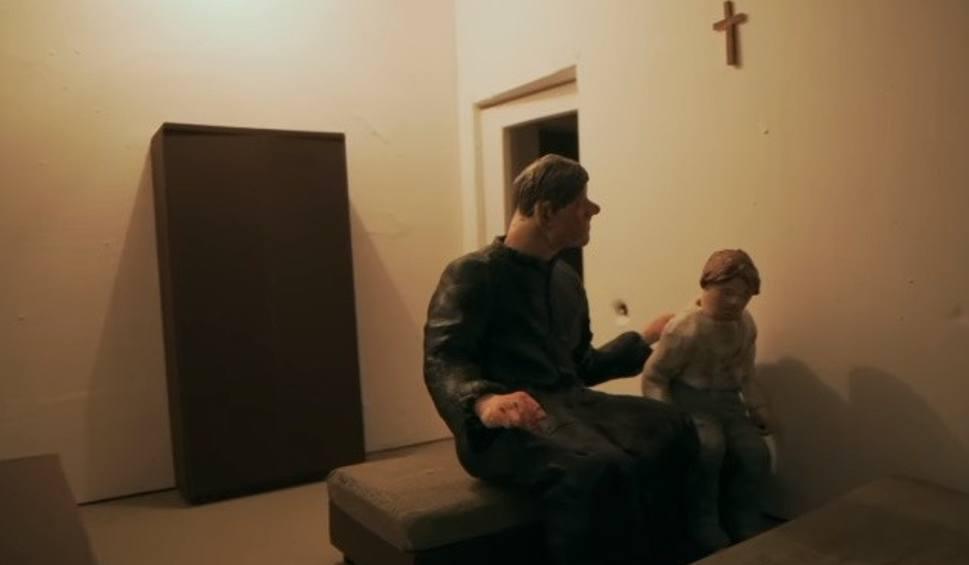 """Film do artykułu: """"Zabawa w chowanego"""" na YouTube. Film Sekielskich o pedofilii w Kościele dostępny za darmo w internecie. Gdzie obejrzeć cały film online?"""
