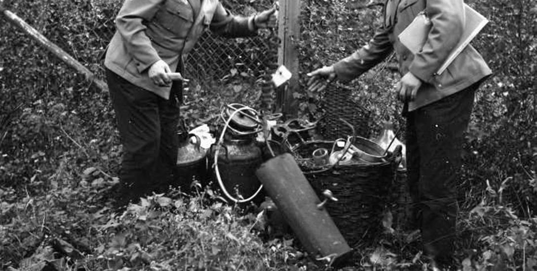 Funkcjonariusze MO przy zarekwirowanej aparaturze