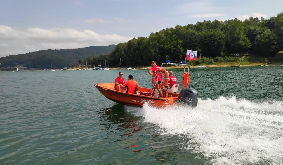 Film do artykułu: Silny wiatr wieje na Jeziorze Solińskim. Ratownicy Bieszczadzkiego WOPR ostrzegają turystów i żeglarzy [ZDJĘCIA]