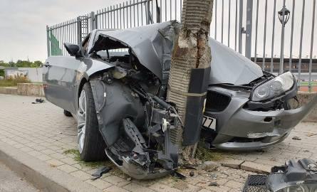 Pijany kierowca BMW przejechał przez chodnik i rozbił auto na latarni w Opolu. Dwie osoby ranne