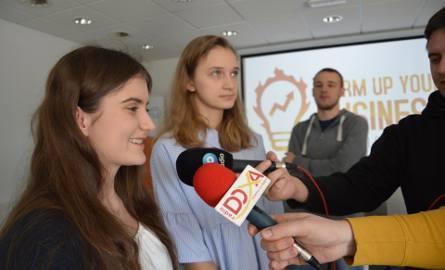 Marlena Rudner i Karolina Lasman z ZSTiO w Opolu i Dawid Piwowarski, doktorant Politechniki Opolskiej - zwycięzcy ubiegłorocznej edycji konkursu.