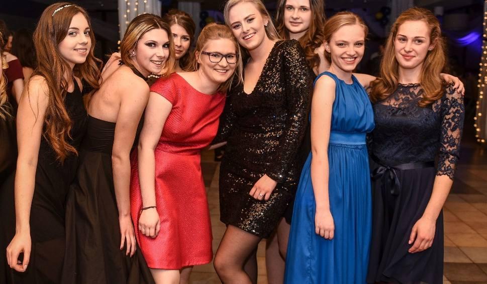 Film do artykułu: Studniówka 2017: Dziewczyny na poznańskich studniówkach. Są piękne! [ZDJĘCIA]
