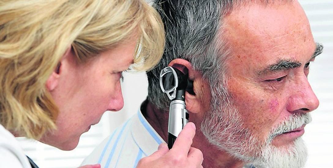 Najczęstszymi objawami urazu akustycznego są szumy uszne