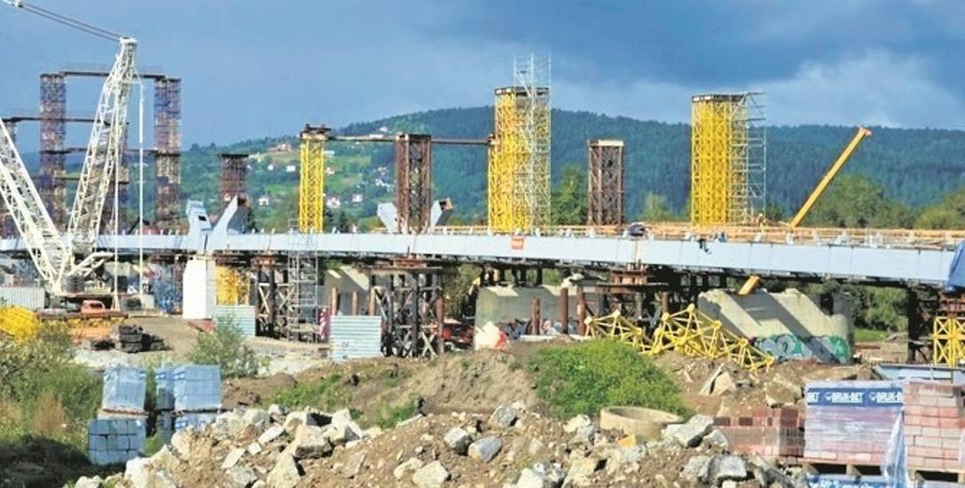 Na moście powstały już stalowe konstrukcje, które będą wykorzystane podczas montowania łuków nowej przeprawy