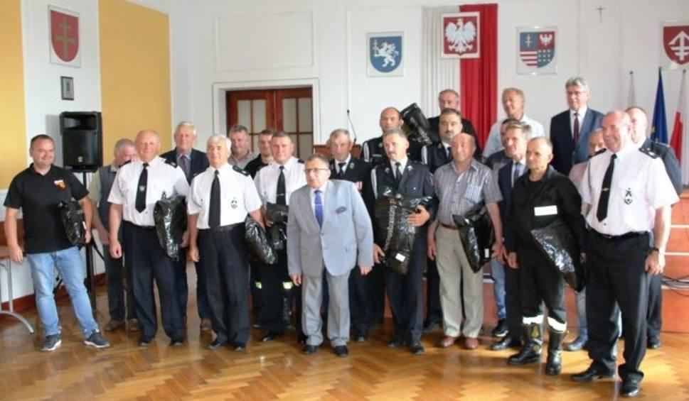 Film do artykułu: Strażacy z 19 Ochotniczych Straży Pożarnych mają nowe, specjalne ubrania ochronne