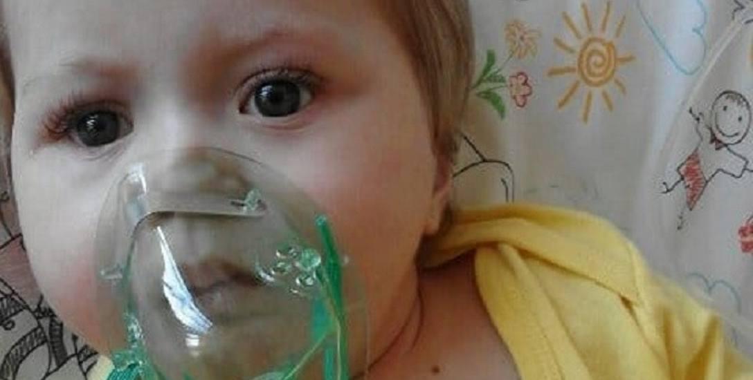Emilka oprócz rehabilitacji, musi przyjmować leki na serce oraz być pod stałą kontrolą zarówno kardiologa, gastroenterologa, a także audiologa.