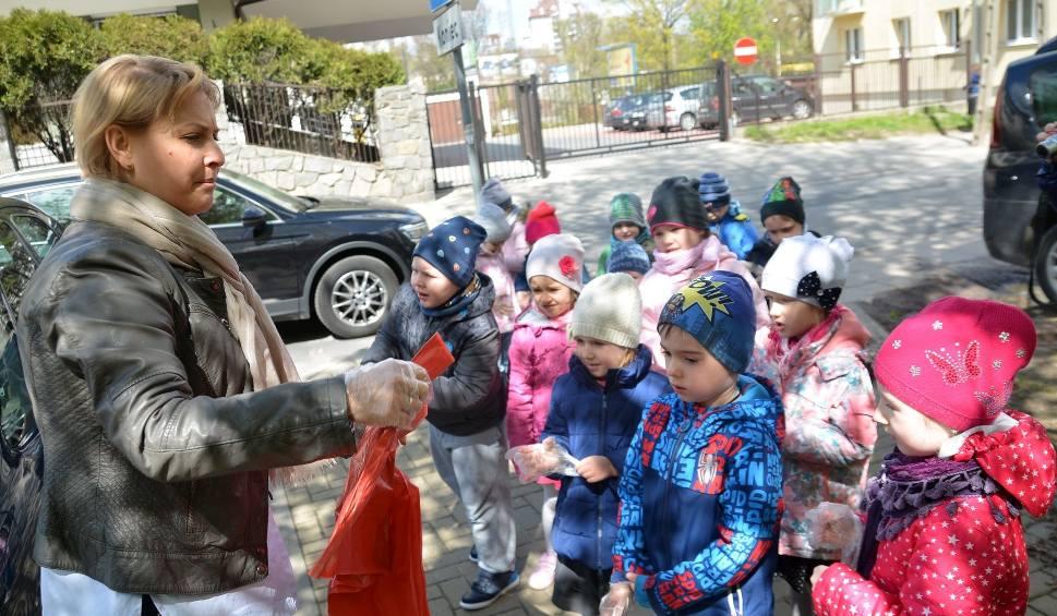 Film do artykułu: Przedszkolaki i uczniowie posprzątają miasto. Uczą się w ten sposób ekologii