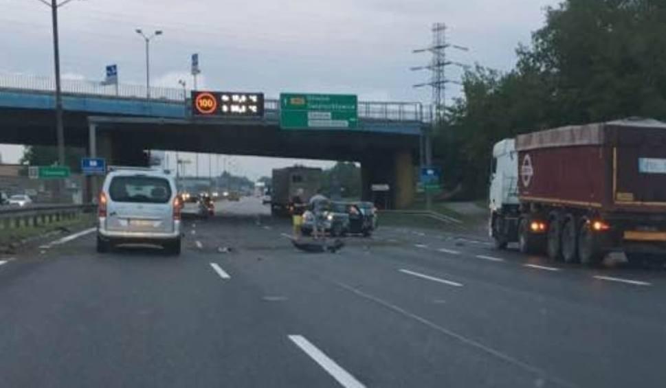 Film do artykułu: Wypadek na DTŚ w Katowicach: Zderzyły się dwa samochody przy Auchan