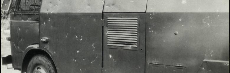 """""""Wygląd samochodu milicyjnego – armatki wodnej po jej obrzuceniu kamieniami"""" – tak brzmi podpis pod zdjęciami, które były w aktach Służby Bezpieczeństwa."""