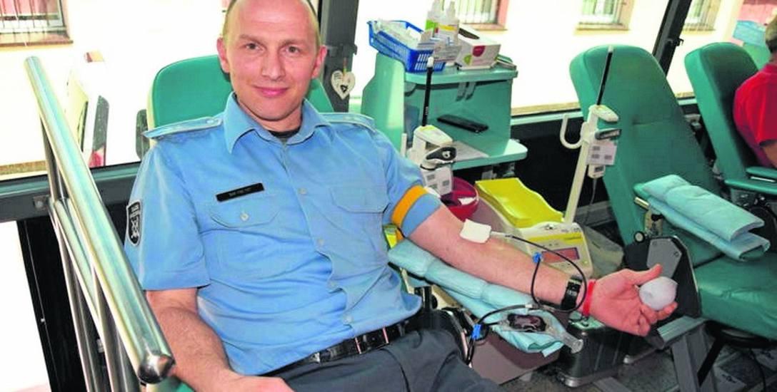 """Klub Honorowych Dawców Krwi """"Czerwona Mila"""", którego prezes organizuje Mundurowy Dar Serca, działa w Zakładzie Karnym w Koszalinie od pięciu lat. W jego"""