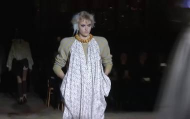 Ekologiczny pokaz Vivienne Westwood. Modelki miały we włosach... puszki
