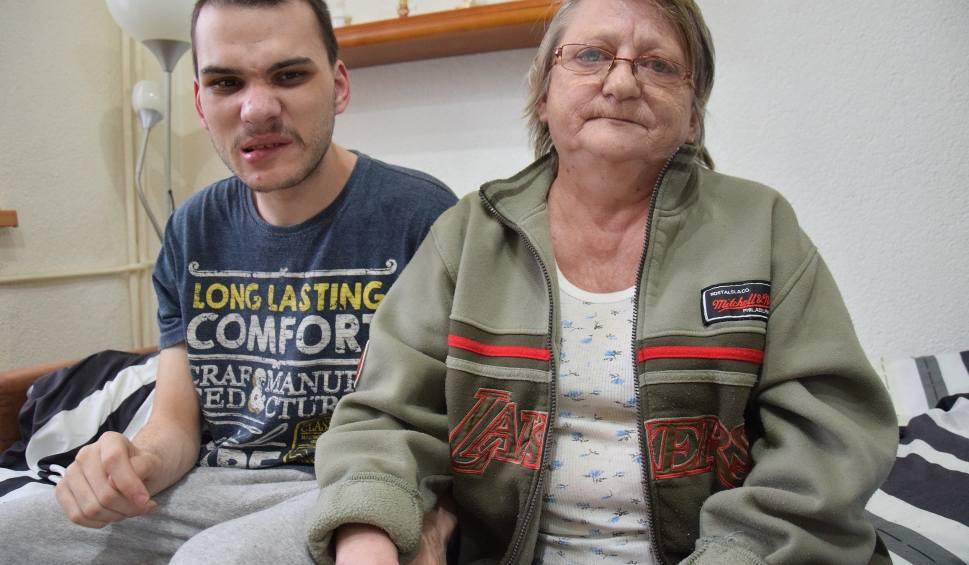 Film do artykułu: Niepełnosprawny Grzegorz z Kluczborka był wożony od szpitala do szpitala [wideo]