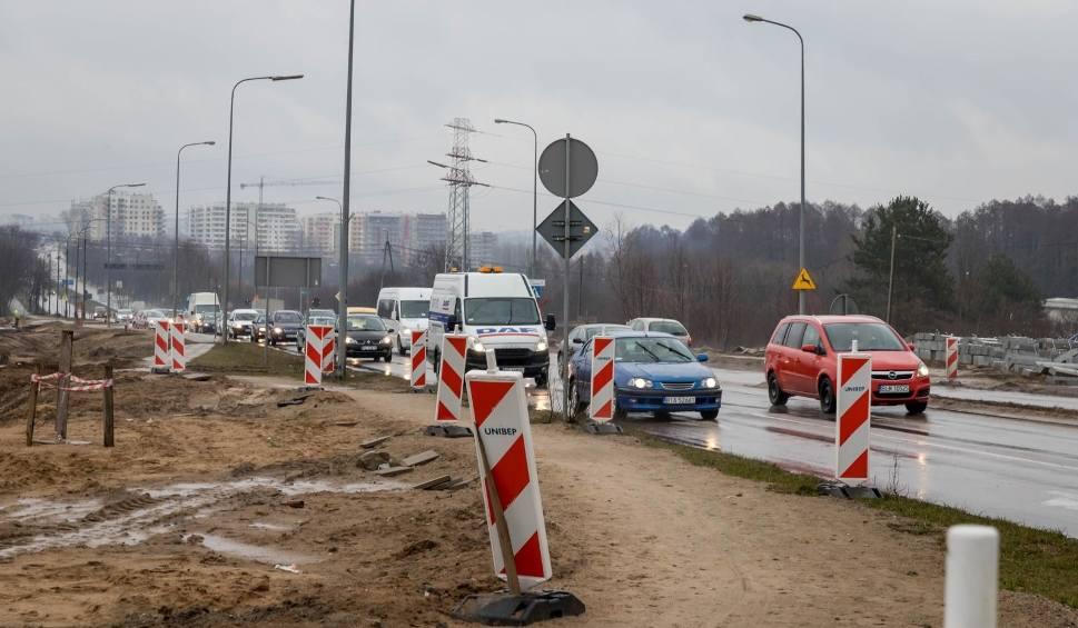 Film do artykułu: Utrudnienia dla kierowców na al. Jana Pawła II w Białymstoku. Objazdy, ruch jednym pasem, zakaz skrętu (zdjęcia)