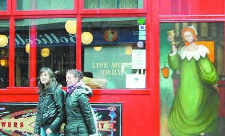 W dzielnicy pubów irlandzkich - The Temple Bar - można spotkać wielu młodych Polaków