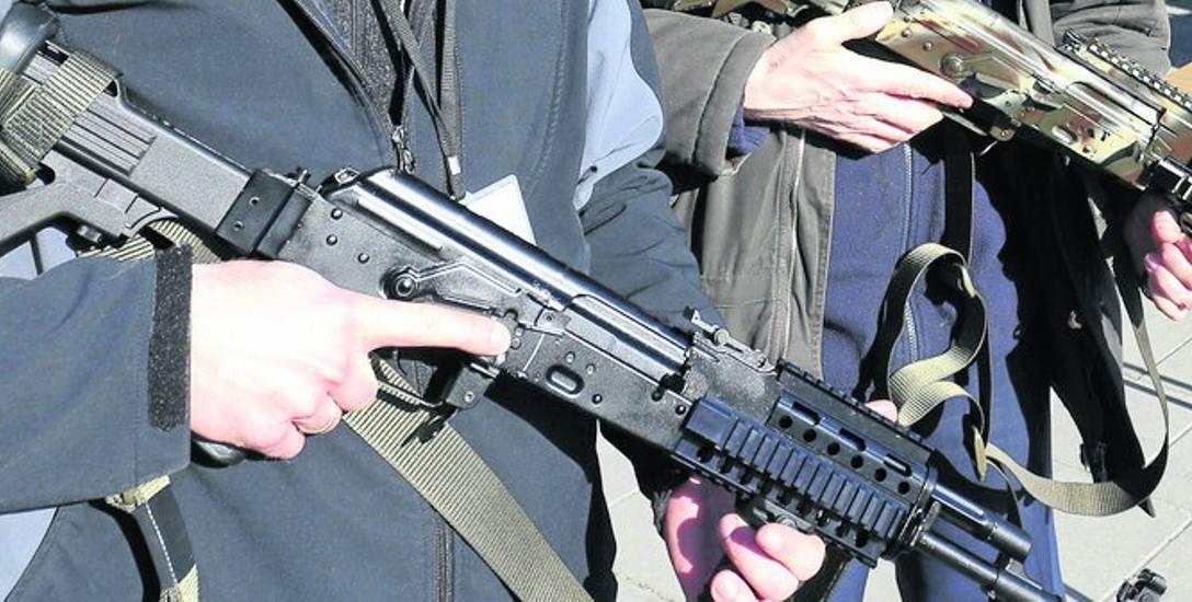 Broń automatyczna będzie łatwiej dostępna? Mało kto uważa, że to dobry pomysł autorstwa Prawa i Sprawiedliwości.