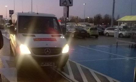 Na zdjęciu Czytelnika widać, że auto stoi na psach namalowanych na jezdni. Policjanci prowadzą dochodzenie.