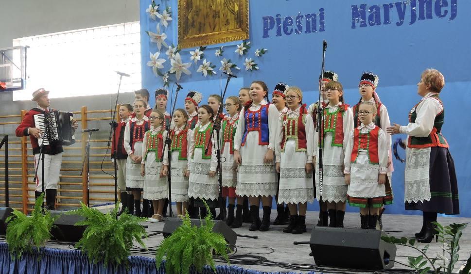 Film do artykułu: Wąsewo. Festiwal Pieśni Maryjnej, 16.11.2019. Kilkaset osób śpiewało w hali sportowej o Maryi i Bogu. Gwiazdą festiwalu był Bayer Full