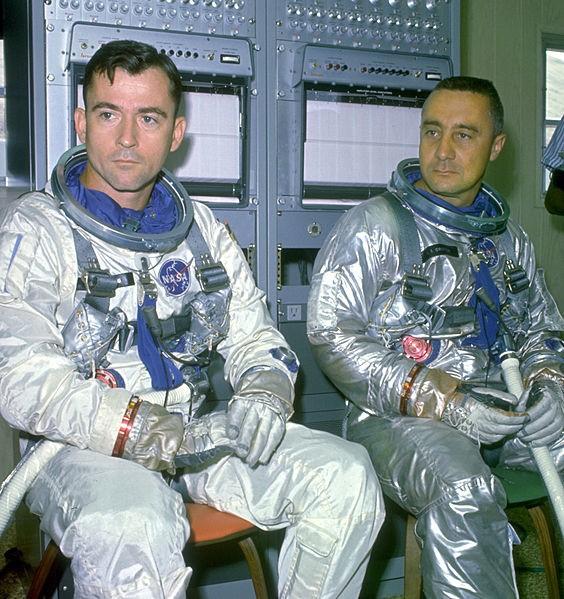 Załoga Gemini 3 podczas przygotowań do lotu