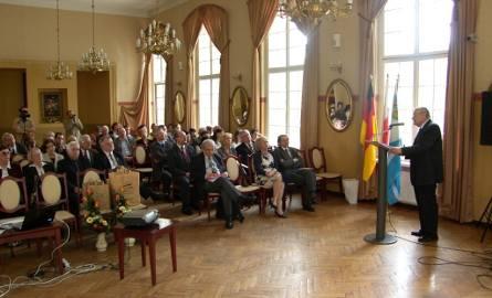 Konferencja poświęcona Robertowi Kochowi. Występuje poseł Jozef Zych.
