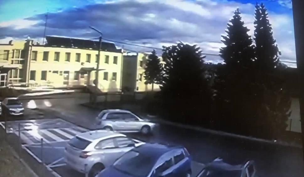 Film do artykułu: W Jasienicy samochód widmo. Przeparkował się... sam. I to po mistrzowsku! WIDEO + ZDJĘCIA