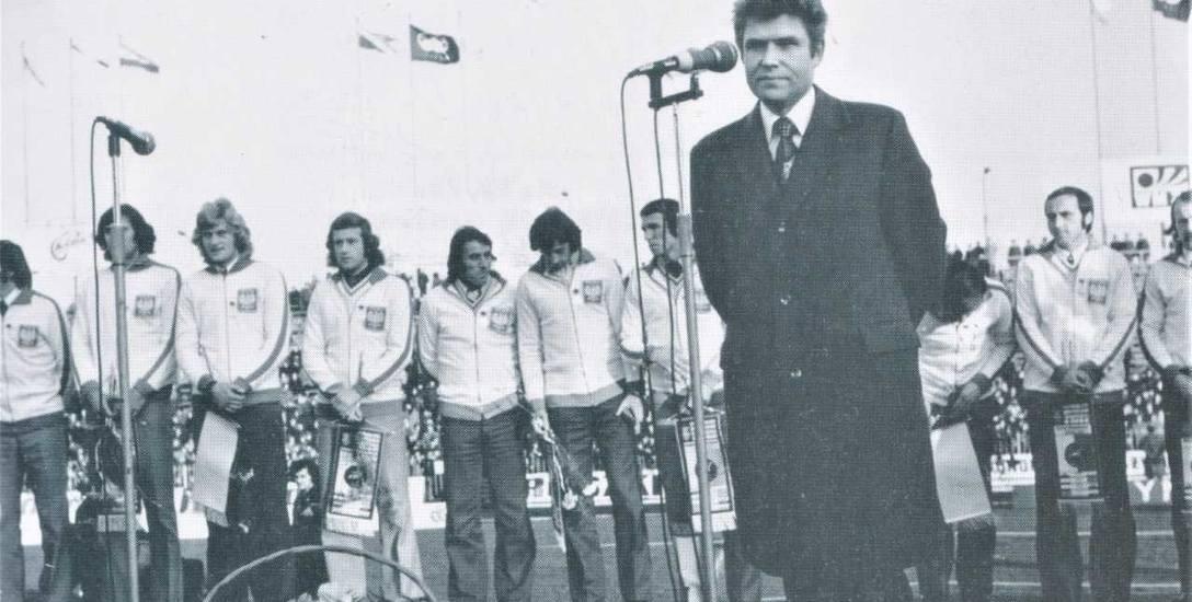 Uroczyste powitanie bohaterów meczu z Anglią na Wembley w Warszawie. Przemawia przewodniczący GKKFiT, Bolesław Kapitan