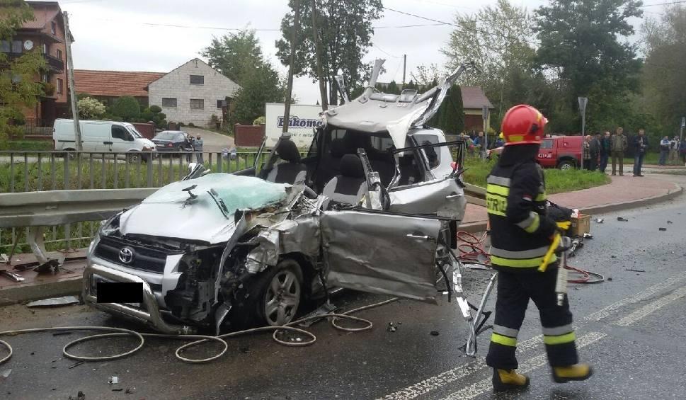Film do artykułu: Kamieńczyce. Groźne zderzenie osobówki z ciężarówką. Trzy osoby ranne