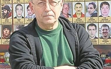 Redaktor Walenty Wakoluk przed łuckim pomnikiem poległych z Niebiańskiej Sotni.