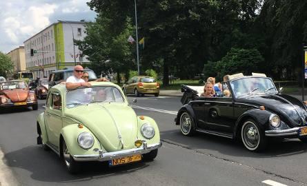 Przejazd starych volkswagenów przez ulicę Bohaterów Westerplatte w Zielonej Górze