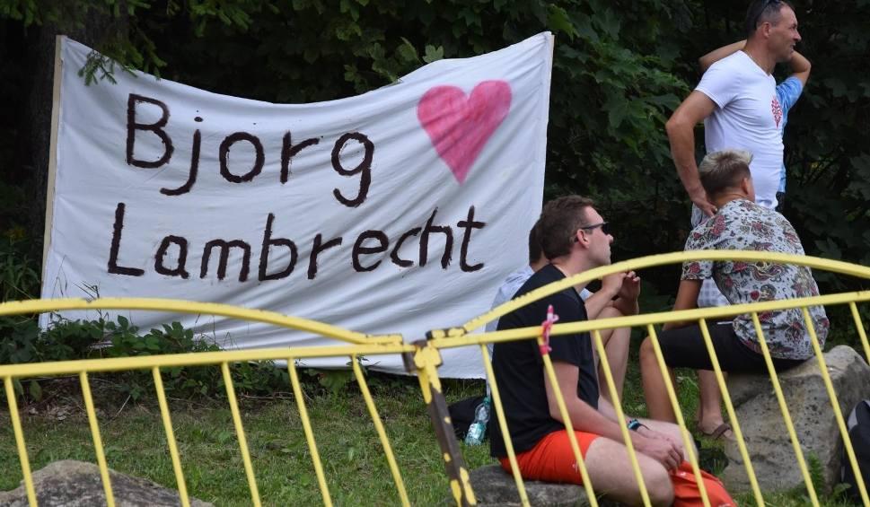Film do artykułu: Prokuratura umorzyła śledztwo w sprawie śmierci Bjorga Lambrechta. Nikt nie przyczynił się do śmierci kolarza